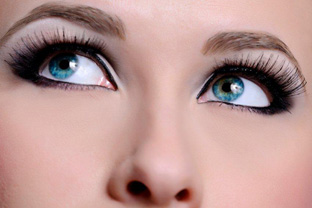 A woman's eyes looking upwards symbolizing the brow restoration procedures at DiStefano Hair Restoration Center in Worcester, MA